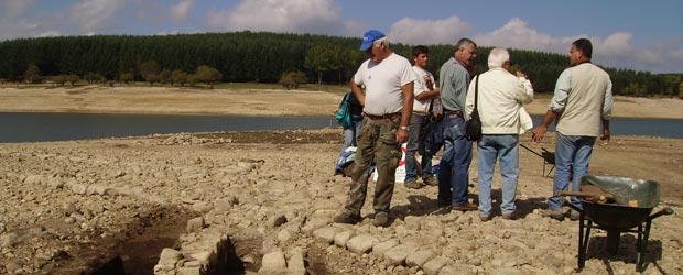 Scavi alle Forge di Cecita. Di spalle Vincenzo Fabiani con gli archeologi Domenico Marino e Armando Taliano Grasso