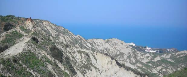 Le colline di Crotone sulla strada per Capo Colonna presso l'Irto  - Foto V.F.